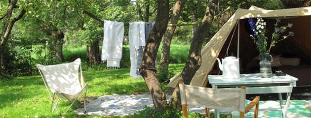 je tent in de tuin, stylen met vloerkleden en accessoires
